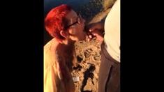 Racchia matura masturba due guardoni al fiume